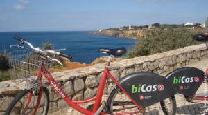 bicicleta com paisagem da orla de Cascais